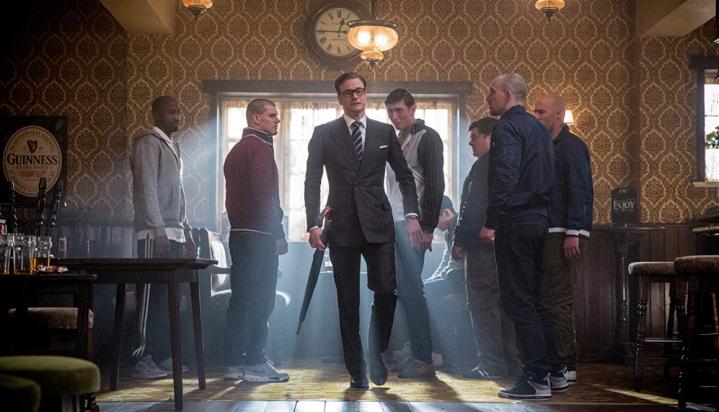 Colin Firth et des figurants dans un bar pour Kingsman: Services Secrets